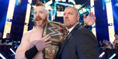 Sheamus y Triple H festejaron que despojaron del título a Roman Reigns Foto:WWE