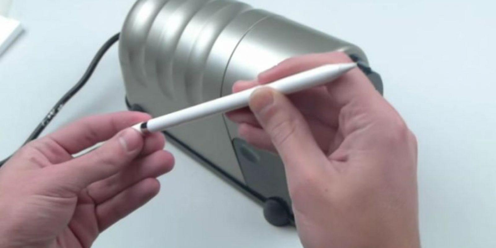 Apple Pencil ante otra prueba de resistencia. Foto:vía TechRax / YouTube