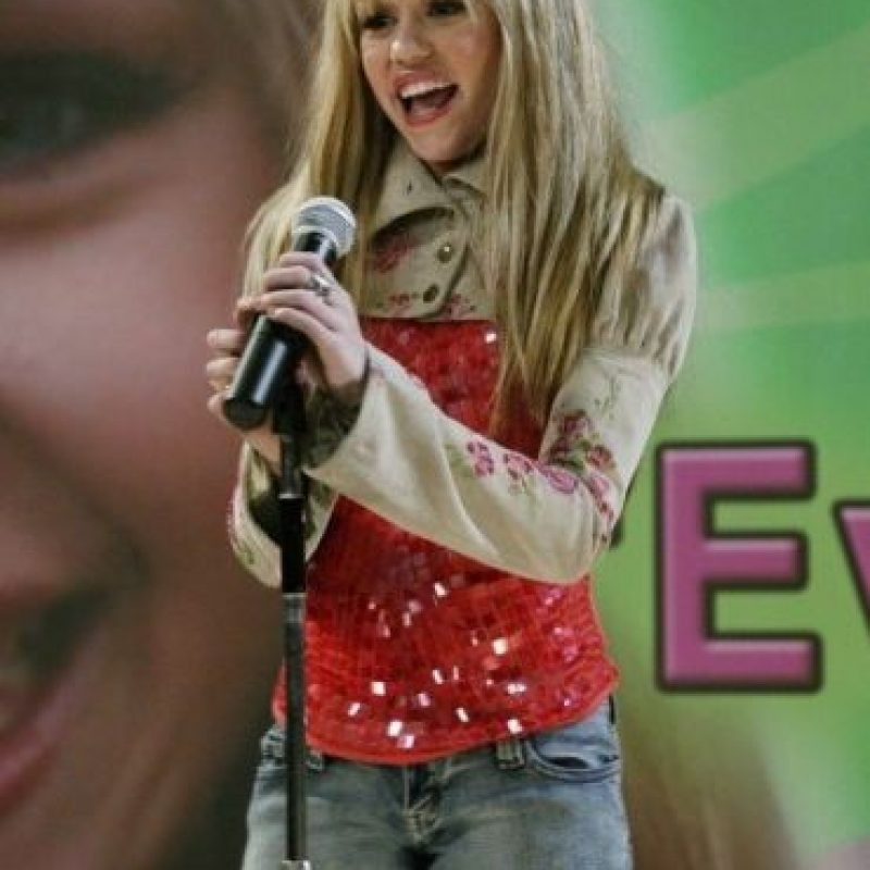 """O con su peluca rubia con la que le daba vida a """"Hannah Montana"""". Foto:IMDB"""