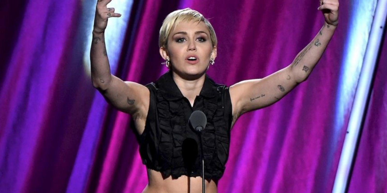 En esta premiación, la cantante presumió su largo vello axilar. Foto:Getty Images
