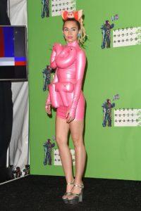 Ante esto, Miley únicamente sonrió e ignoró los comentarios. Foto:Getty Images
