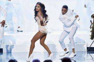 """Después de quitarse el traje de diva subió al escenario para recibir el premio como """"Mejor acto/pop rock femenino"""". Foto:Getty Images"""