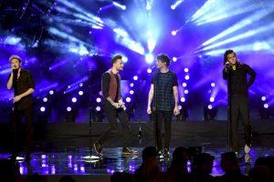 "Durante la gala, One Direction interpretó ""Perfect"", su último sencillo de ""Made in the A.M"". Foto:Getty Images"