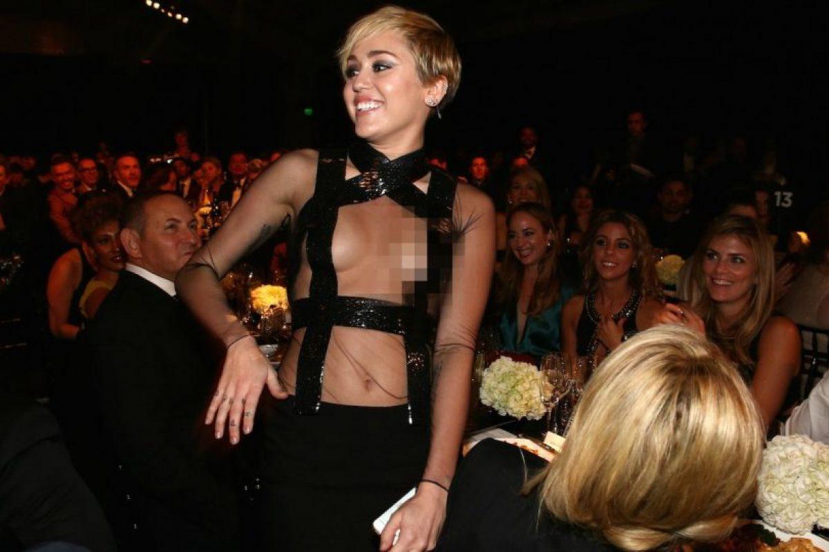 Durante el evento, la artista no cuidó su vestuario y accidentalmente mostró parte de sus pezones. Foto:Getty Images