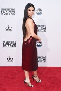 Selena Gomez fue la primera en deslumbrar con su escote. Foto:Getty Images