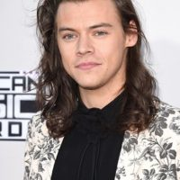 Harry Styles de One Direction llamó la atención con su floreado traje.