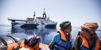 Video: El terrible momento en que guardacostas griegos intentan hundir balsa de refugiados
