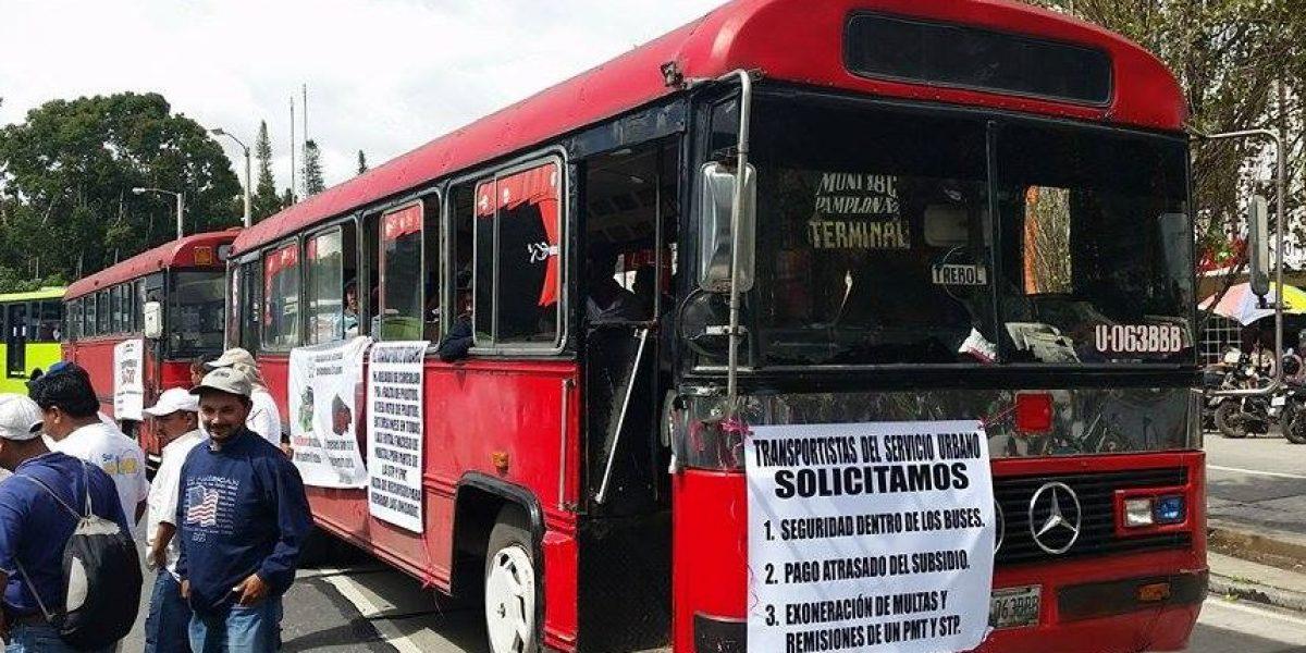 FOTOS. Pilotos y empresarios de buses protestan por deuda de subsidio