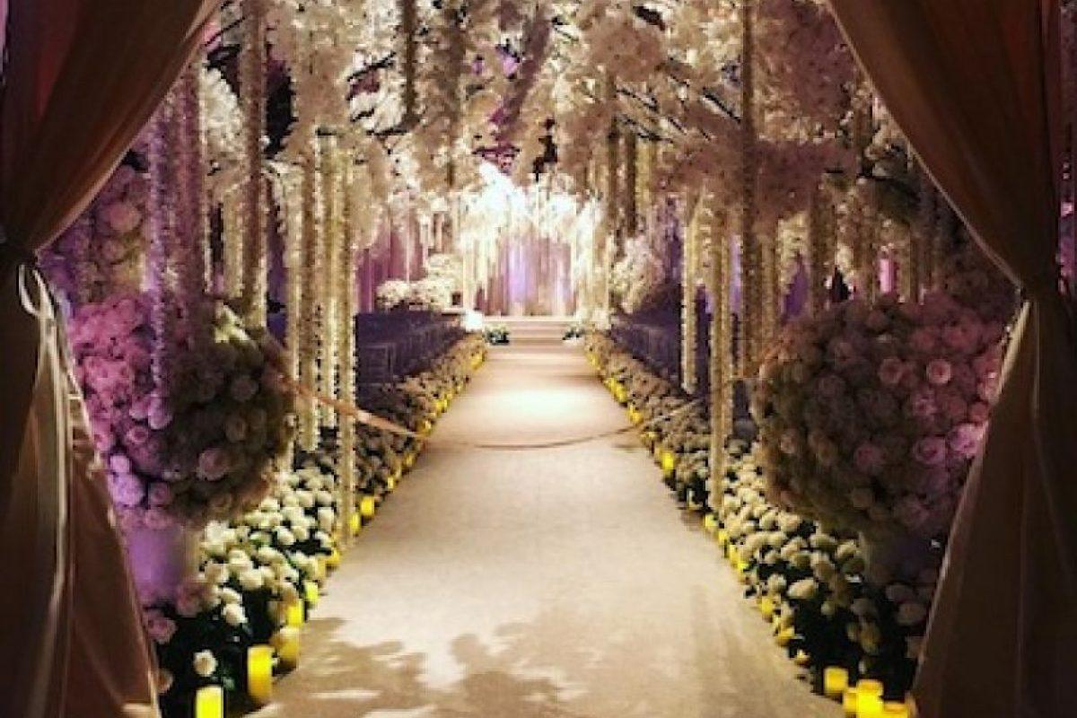 Flores, velas y muchas rosas rojas adornaron la gran ceremonia. Foto:Instagram/sofiavergara
