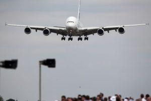 Cuando los pilotos hablan de aterrizaje con viento cruzado se refieren a que el viento se dirige de forma perpendicular a la pista de aterrizaje. Foto:Getty Images