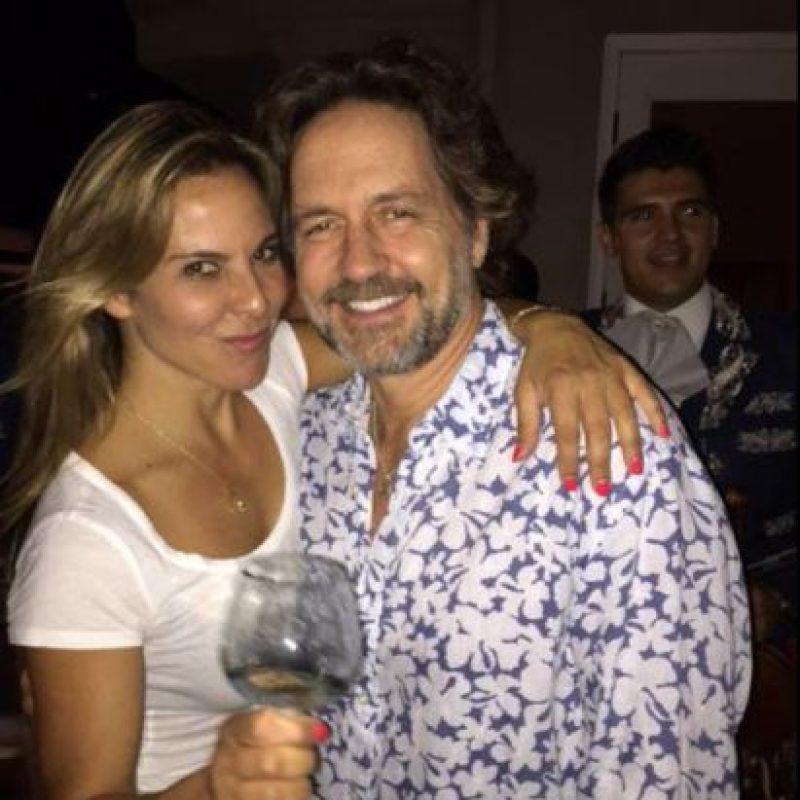 Está casado con Estela Sainz y tiene cuatro hijos. Acá, con Kate del Castillo. Foto:vía Twitter
