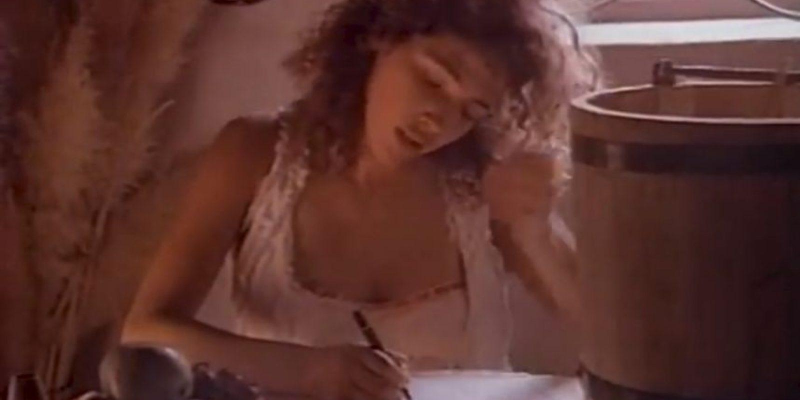 Luego de saltar a la fama como una de las jóvenes más bellas de aquella época, Carolina participó en diversos videoclips musicales Foto:vía youtube.com/OficialLuisMiguel