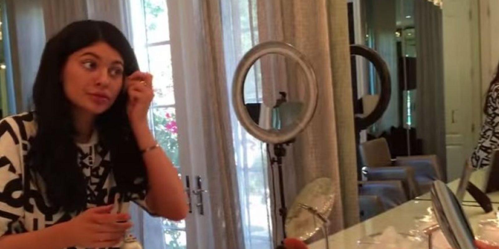 Después, elimina el excedente con una brocha Sephora de 60 dólares y pone un poco de corrector en sus ojeras. El corrector cuesta 29 dólares. Foto:www.thekyliejenner.com