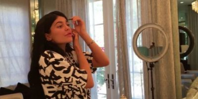 Con una brocha de 23 dólares aplica dos diferentes bases de maquillaje: Foto:www.thekyliejenner.com