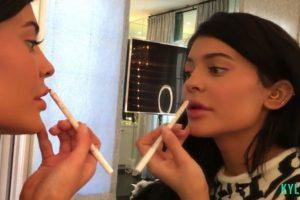 Para sus labios utiliza un lip liner de su nueva colección y los humecta con el Lip Magic balm de Charlotte Tilbury de 35 dólares. Foto:www.thekyliejenner.com