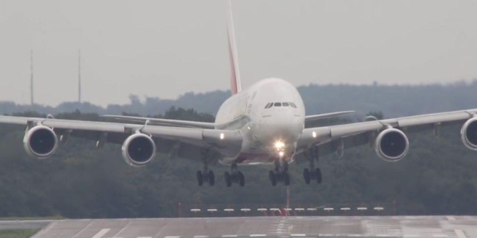 En septiembre el avión de pasajeros más grande del mundo se enfrentó a fuertes corrientes de viento en el aeropuerto de Düsseldorf, Alemania. Foto:Vía Youtube