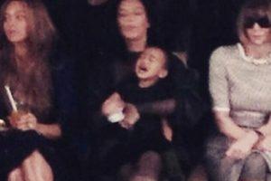 En febrero, durante la Semana de la Moda en Nueva York, la pequeña armó gran berrinche junto a estrellas como Beyoncé y Anna Wintour Foto:vía twitter.com