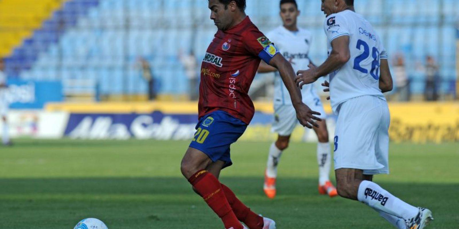 Luego de una serie de dimes y diretes, el acta arbitral oficializó el castigo al futbolista rojo. Foto:Publinews
