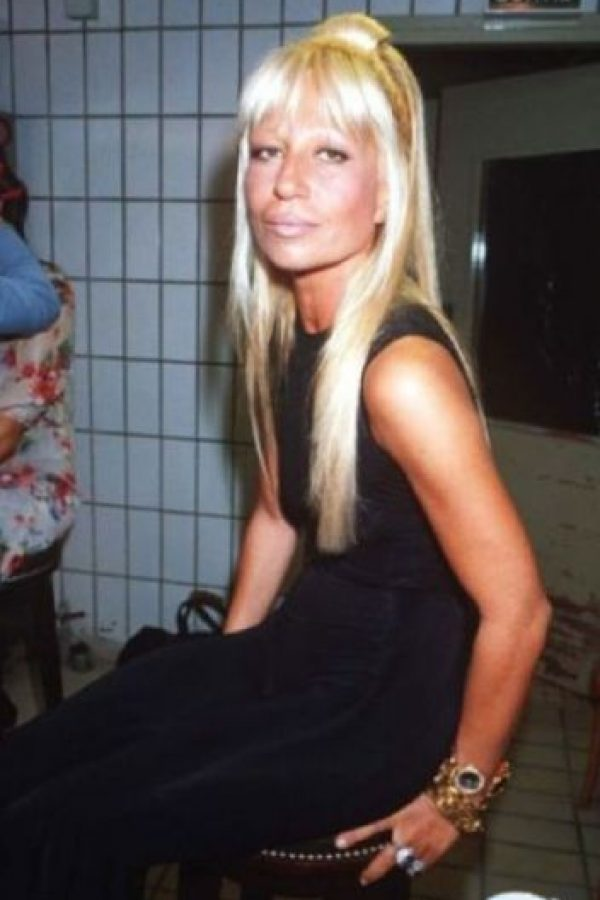 12. Así lucía Donatella Versace en los 90.