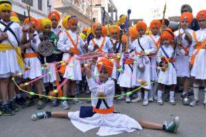 Jóvenes de la India muestran sus habilidades en las artes marciales. Foto:AFP