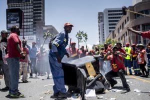 Protesta de trabajadores en Sudáfrica. Foto:AFP