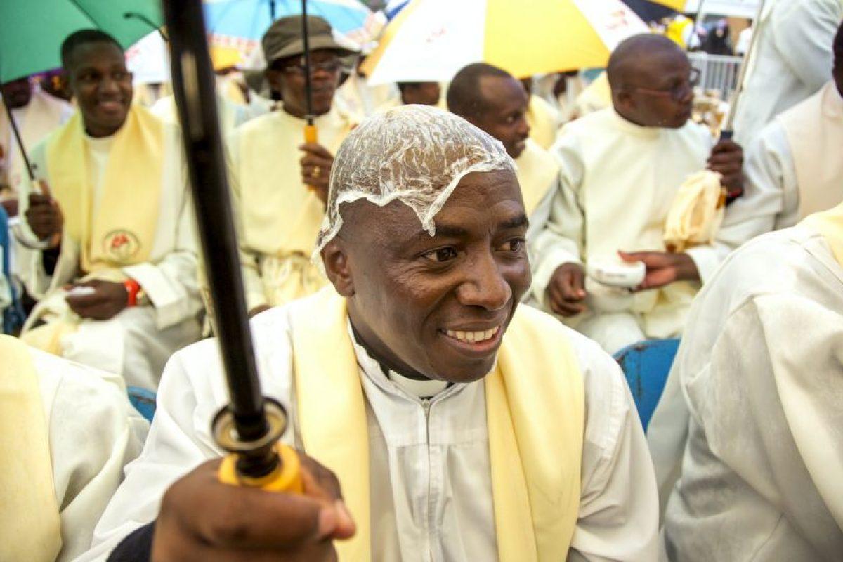Sacerdotes kenianos se reúnen en la Universidad de Nairobi por la visita del papa Francisco. Foto:AFP