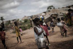 Joven carga un cubo de agua para la distribución diaria en Kenia. Foto:AFP
