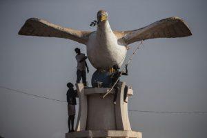 Trabajadores pintan una estatua de una paloma en Sudáfrica. Foto:AFP