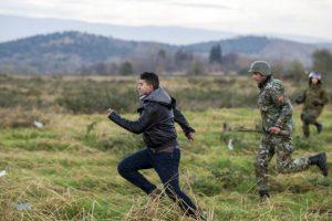 Policía persigue a migrante en la frontera de Grecia y Macedonia. Foto:AFP