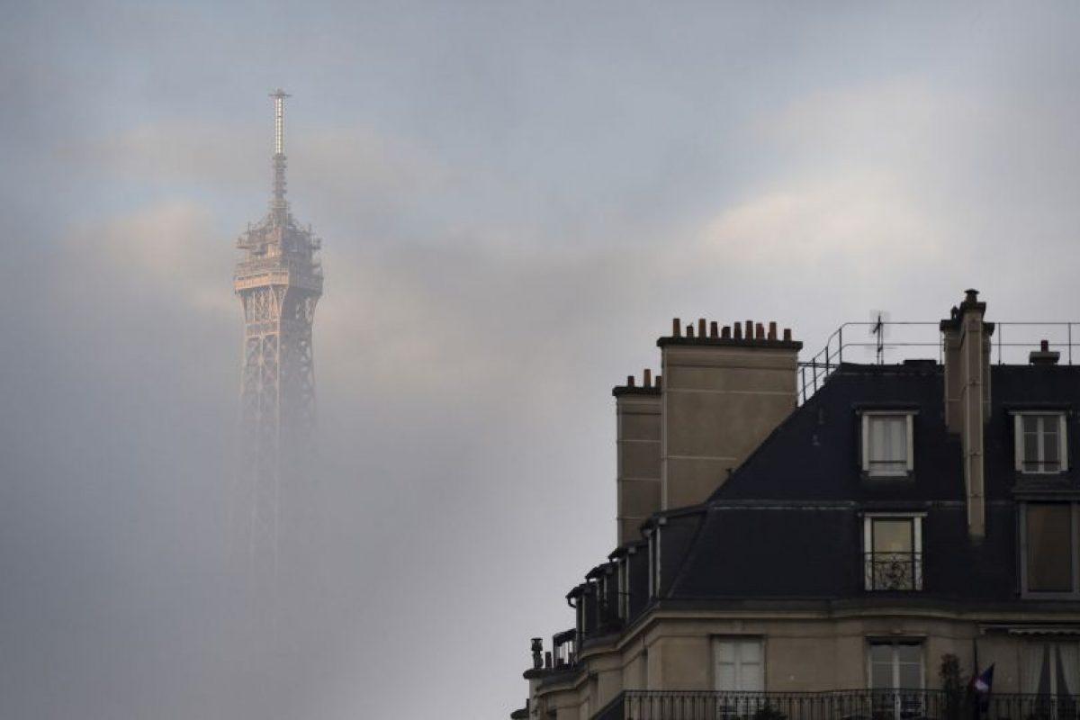 Vista de la torre Eiffel en un día nublado en París. Foto:AFP