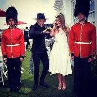 A través de redes sociales nos muestra cómo son sus reuniones. Algunas, con los guardias del Palacio de Buckingham. Foto:Instagram.com/Kitty.Spencer