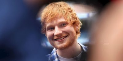 Ed Sheeran no pudo alejar la mirada del escote de Christina Aguilera. Foto:Getty Images
