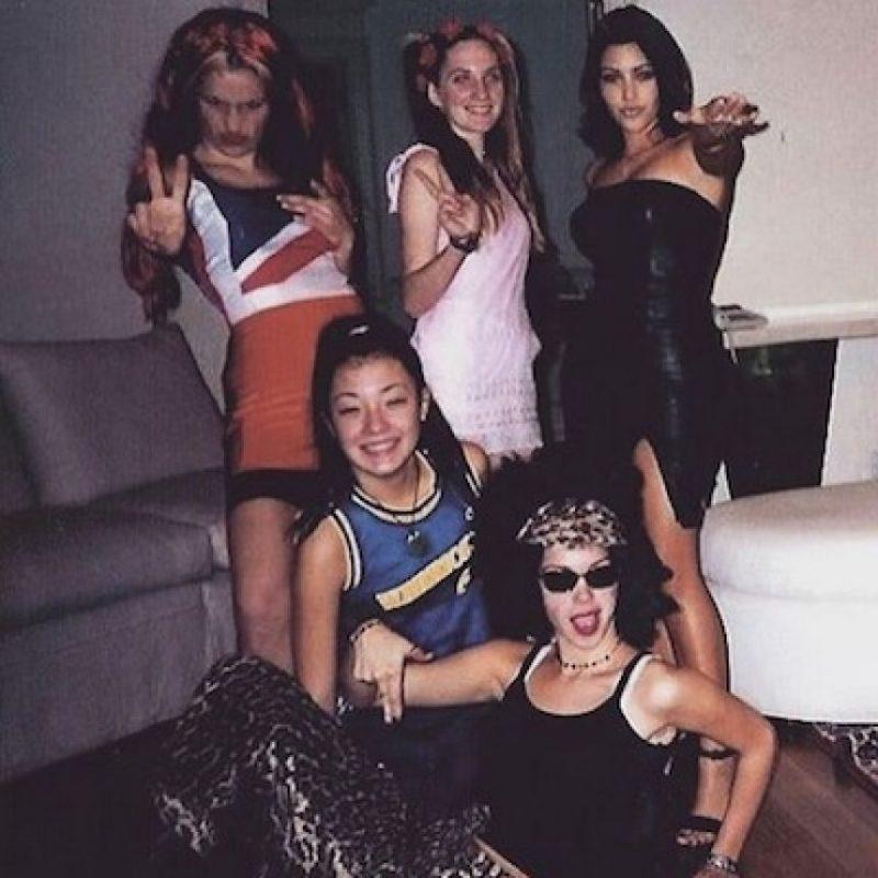 """""""Estoy tan agradecida de que mis amigas y yo nos hayamos disfrazado de las Spice Girls en el colegio"""", escribió Kim junto a la foto. Foto:Instagram/kimkardashian"""