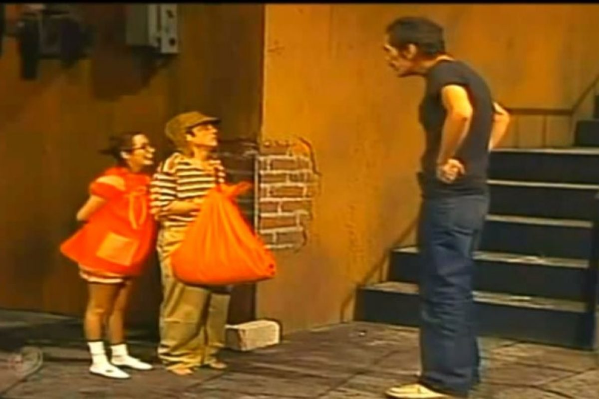 """""""¿Qué traes en esa bolsa?"""", le pregunta. """"El Chavo"""" responde: """"Hambre"""" Foto:Televisa/Youtube"""