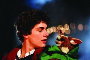"""Un joven que recibe como regalo de Navidad una criatura peluda llamada """"Gizmo"""". Foto:Warner Bros"""