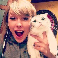 1. Taylor Swift es perfecta porque aparte de ser bella, famosa y rica, ama los gatos. Foto:Instagram/taylorswift