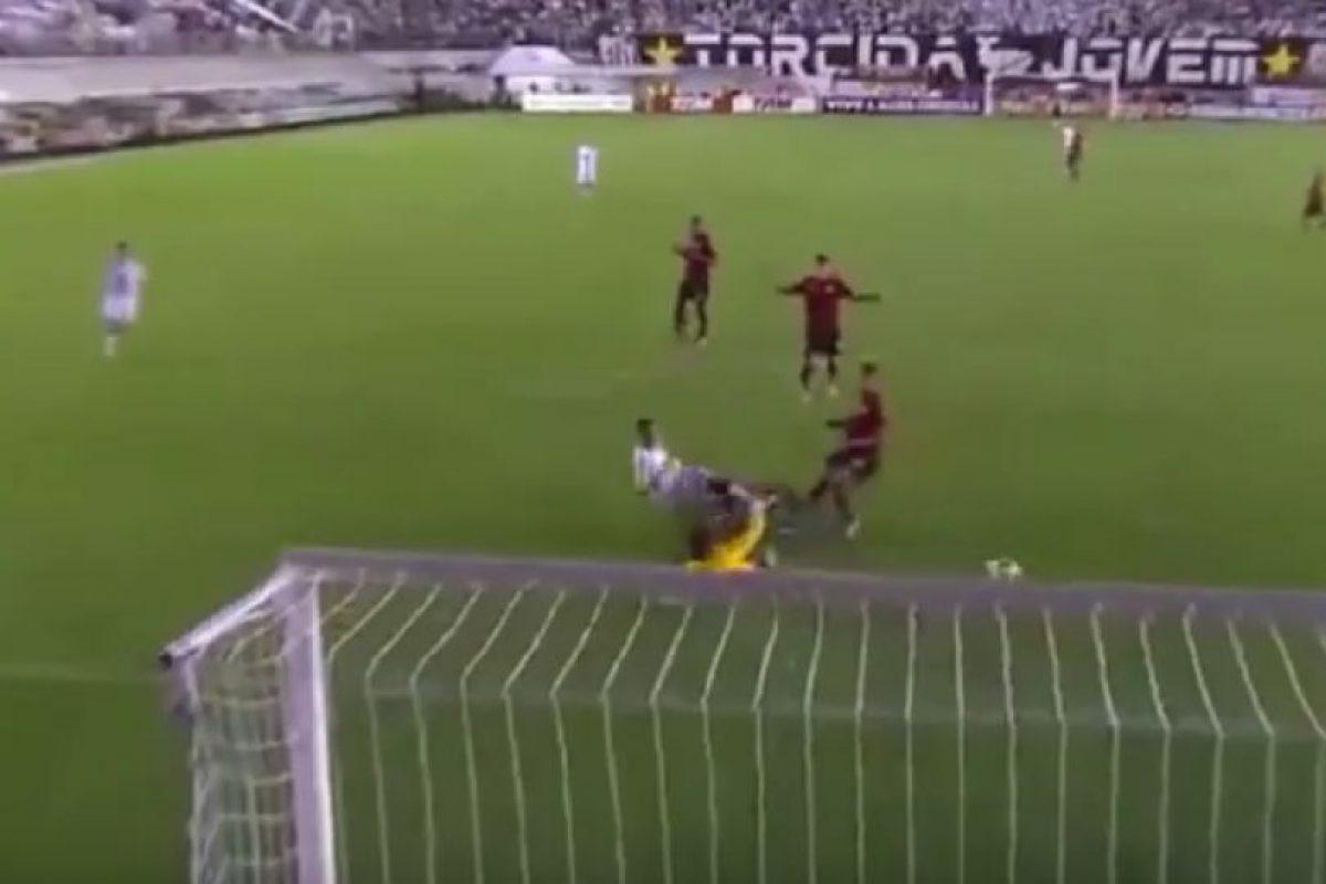 Con una jugada que comenzó en la media cancha y terminó en el área rival, cuando militaba en el Santos de Brasil Foto:FIFA