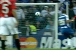 Con un potente disparo de larga distancia cuando jugaba en Manchester United Foto:FIFA