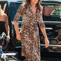 O con este vestido de animal print. Foto: The Grosby Group