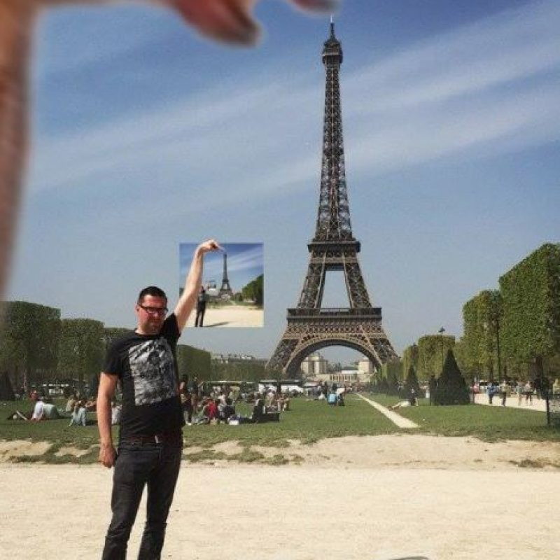 Graciosas ediciones para que este hombre tocara la Torre Eiffel Foto:Vía 4chan