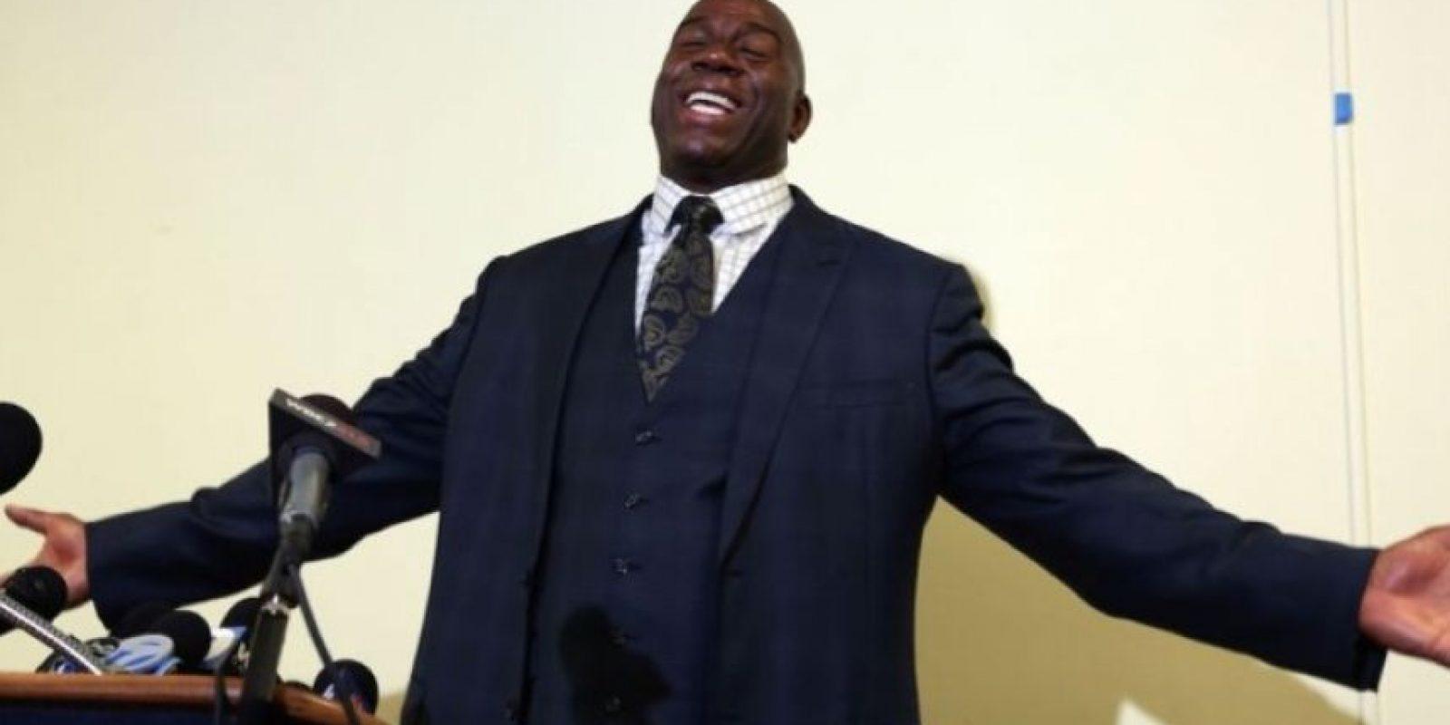 Luego de ganar cinco campeonatos de la NBA, en noviembre de 1991, el basquetbolista Magic Johnson reveló que era portador del virus de VIH. Foto:Getty Images