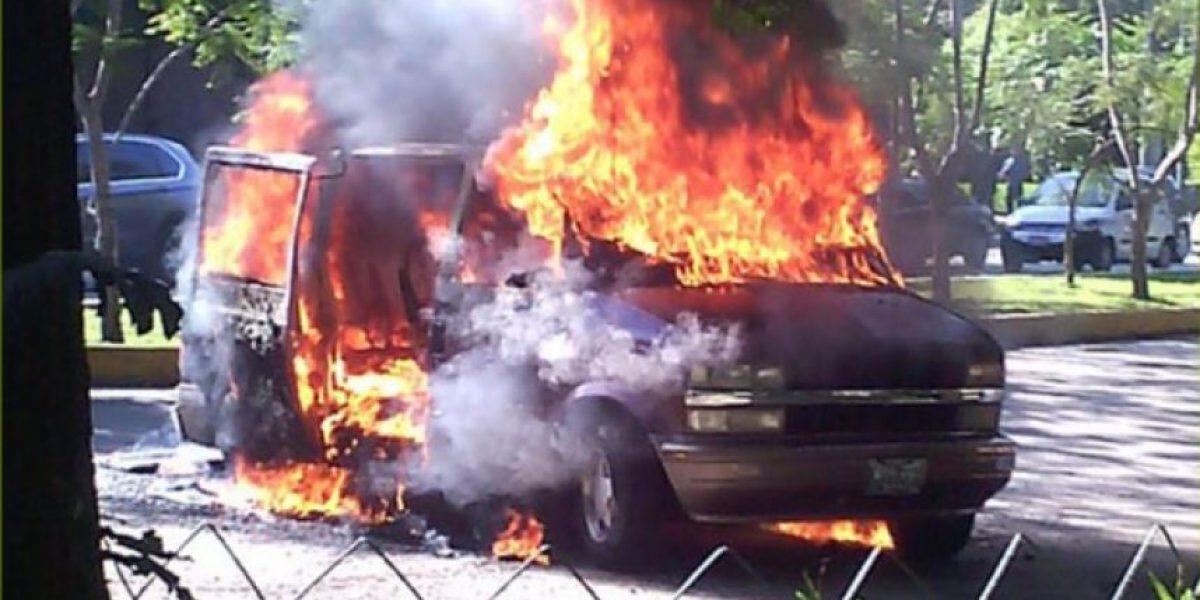 EN IMÁGENES. Vehículo con cohetes se incendia en avenida las Américas