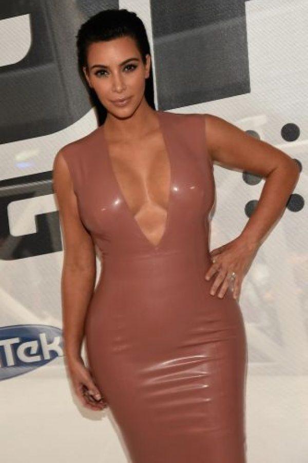 Y luego sorprendió al enfundarse en este vestido de látex. Foto:Getty Images