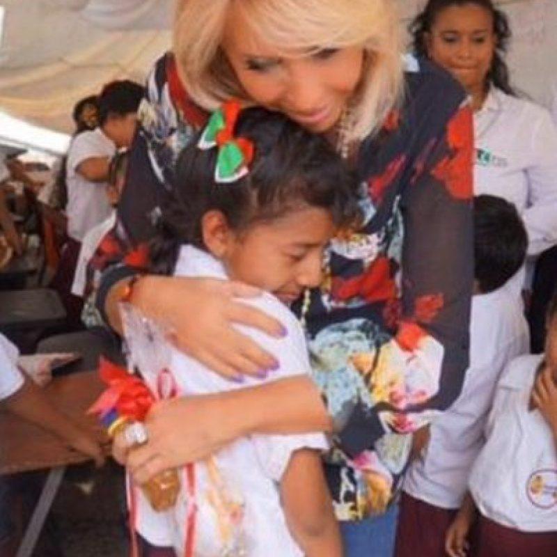 Desde los asistentes a su talk show, hasta niños de escasos recursos. Foto:vía twitter.com/laurabozzo