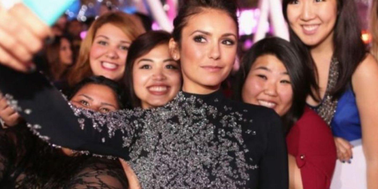 Nina Dobrev tomándose un selfie con sus fans. Foto:Getty Images