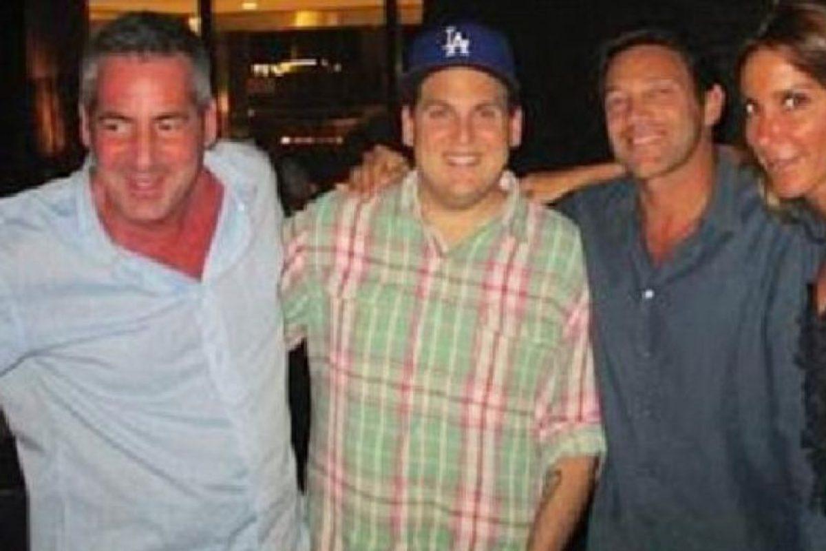 Este fue hallado muerto hoy en Los Ángeles. Aquí aparece a la izquierda. A su lado está Jonah Hill, quien está acompañado del verdadero Jordan Belfort. Foto:vía Hauteliving