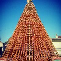 Solo en Italia hay un árbol hecho con este mismo material, pero solo mide 3 metros (9.84 pies). Foto:vía Instagram