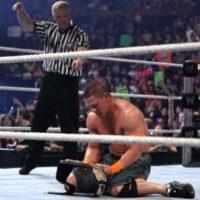 6. John Cena. Ganó el título en la Cámara de la Eliminación de 2010, pero en esa misma función fue obligado a defender el cinturón contra Batista, quien lo derrotó Foto:WWE