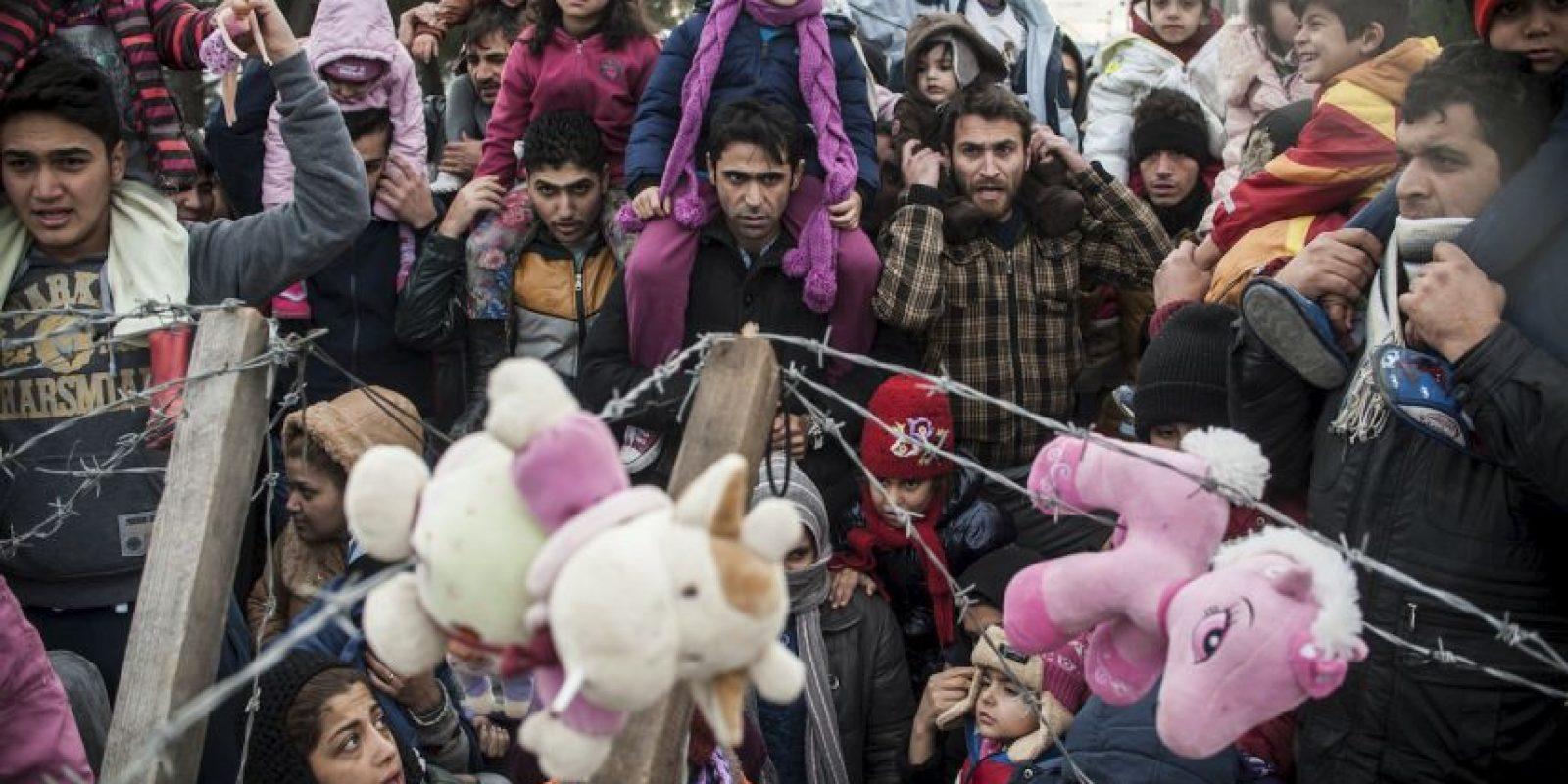 Migrantes protestan en la frontera de Grecia y Macedonia. Foto:AFP