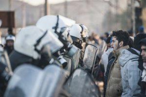 Migrantes y refugiados frente a la Policía griega. Foto:AFP